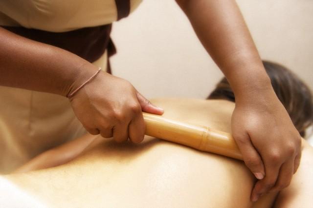 Mulher recebendo massagem modeladora