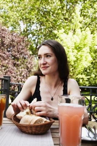 Retrato de moça comendo pão devagar - Mastigar devagar ajuda na perda de peso  HT Pilates