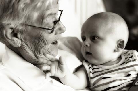 vovô com bebe no colo - cuidando da pele em todas as idades - blog do kaizen