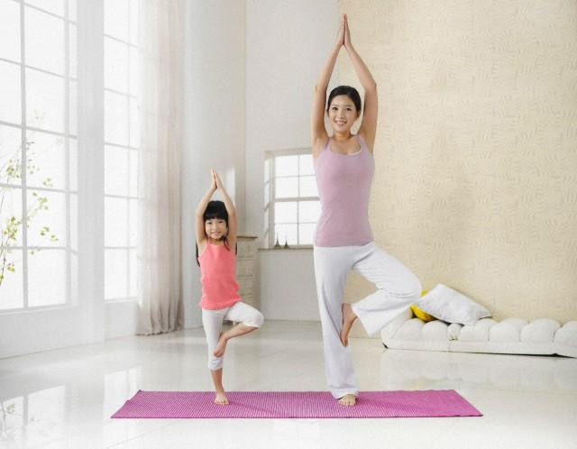Mão e filha praticando Yoga-blog do kaizen
