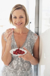 Mulher comendo framboesa-blog do kaizen