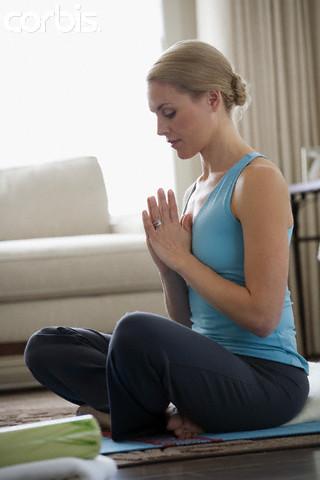 Mulher meditando - meditação previne e compbate a hipertensão