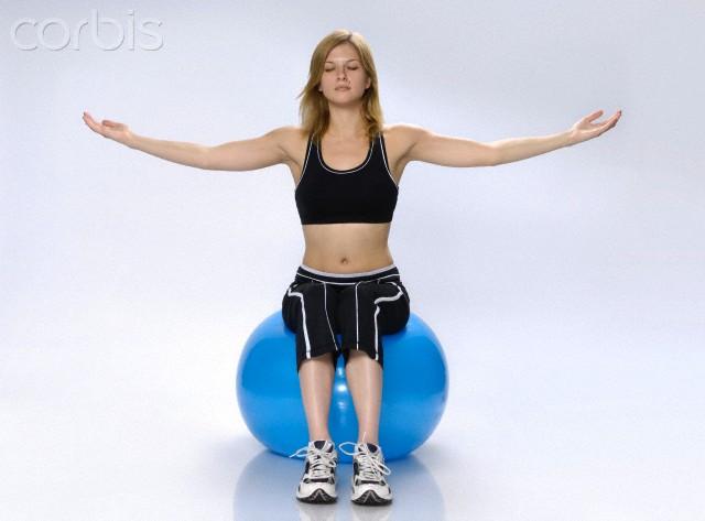 MUlher sentada na bola e Yoga - equilíbrio - dicas para prevenir quedas - blog do kaizen
