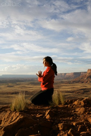Mulher meditando ao ar livre