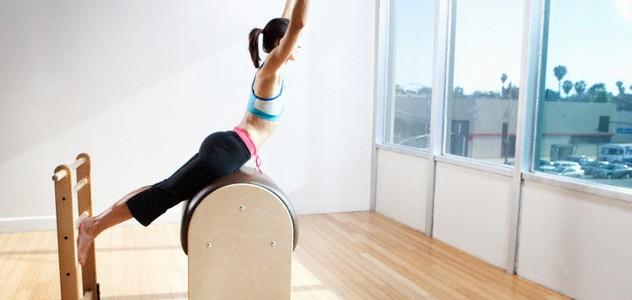 Mulher fazendo Pilates