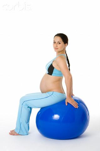 Gestante em bola de pilates e yoga