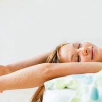 Yoga em casa: Experimente um aquecimento simples para uma prática segura e articulações saudáveis