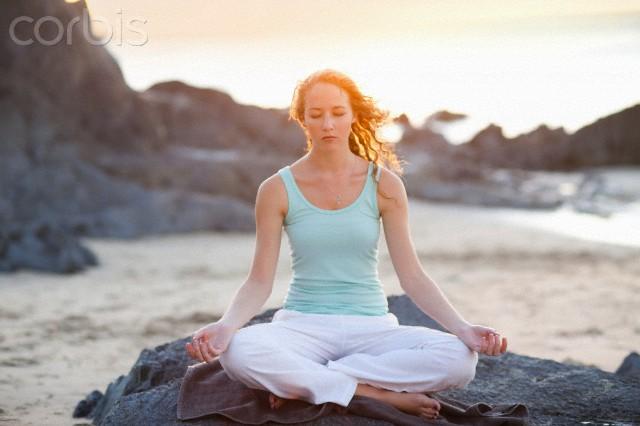 mulher meditando - yoga - om