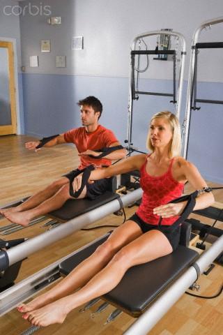 casal adulto fazendo pilates