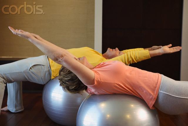 casal praticando pilates na bola - lombar