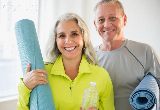 casal de idosos em Yoga