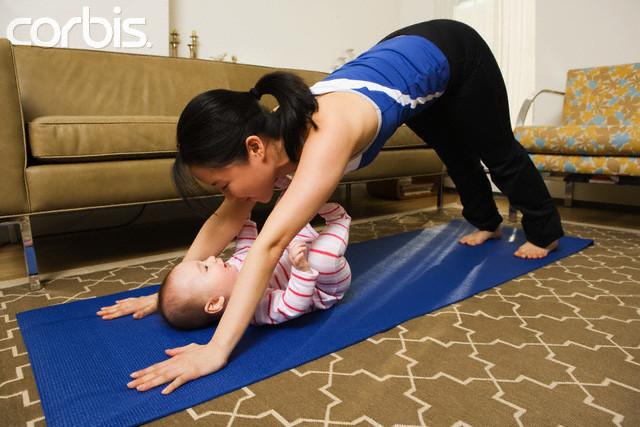 Mãe praticando Yoga com bebê
