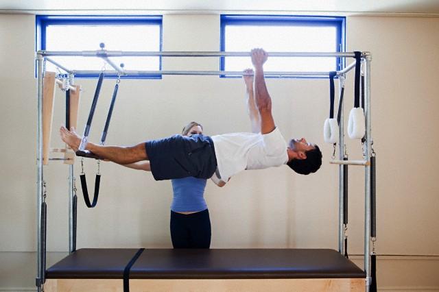 Homem praticando Pilates