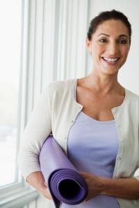 Mulher segurando tapete de yoga - mat