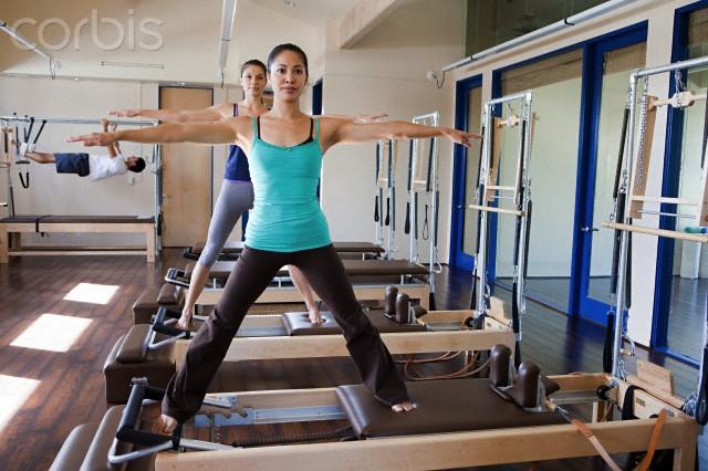 duas mulheres praticando pilates no reformer