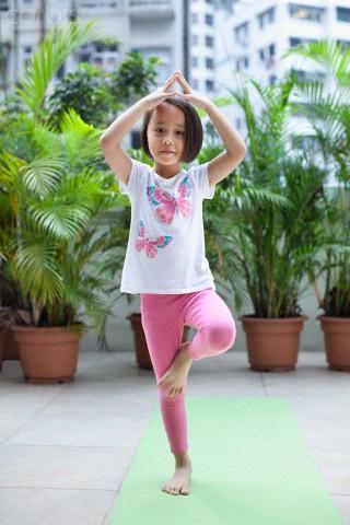 menina fazendo ásana da árvore - yoga kids