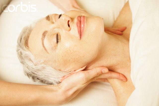 mulher na melhor idade fazendo massagem