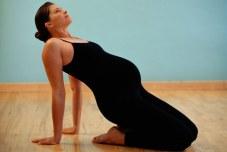 Gestante praticando Pilates Pilates ajuda a cuidar da silhueta na gravidez sem radicalismo