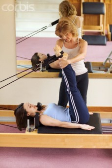 moça praticando pilates para hernia de disco