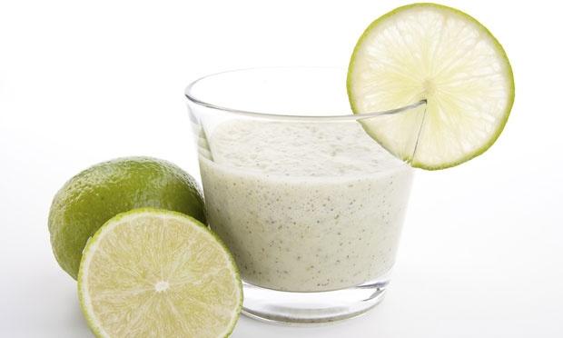 Suco de limão e berinjela acelera o metabolismo e ajuda a fazer uma desintoxicação.Foto: Getty Images