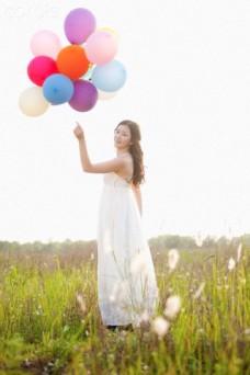moça segurando bexigas coloridas em campo 6 revelações que sopram a sua mente que podem mudar sua vida