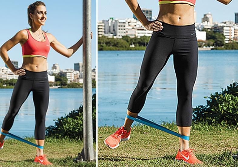 Com uma faixa elástica, Carol Buffara te ensina um exercício para fortalecer o bumbum e a musculatura da parte lateral da coxa.Foto: Marcelo Correa