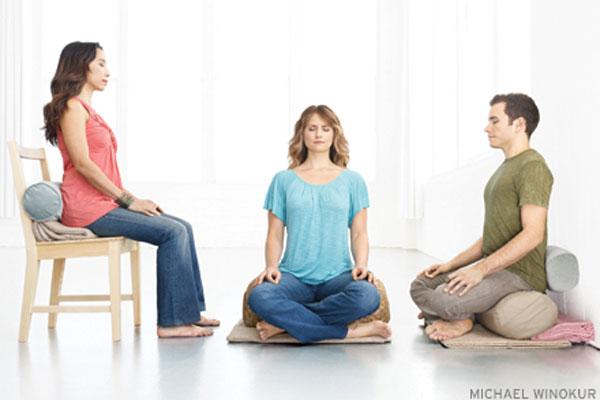 mulheres meditando - Meditar ajuda a se conectar com si mesmo