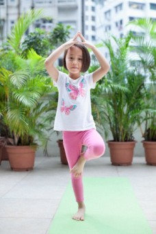 criança praticando Yoga