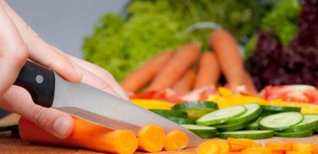 pessoa cortando cenoura - 7 dicas para congelar alimentos mantendo intactos os seus nutrientes