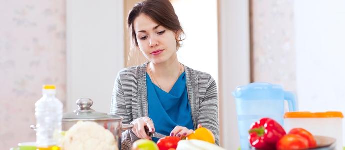moça cozinhando legumes - meditação