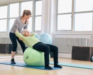 idoso fazendo pilates na bola Pilates e alternativa para envelhecer com qualidade