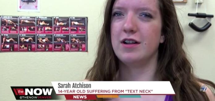 menina de 14 anos se queixa de dores de cabeça por usar muito smatphone