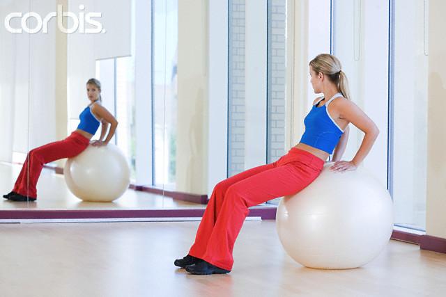 mulher fazendo exercicio na bola - pilates