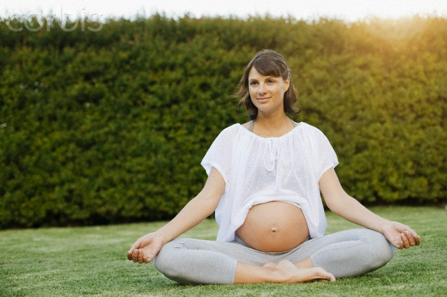 gestante praticando yoga Yoga e gestante: aprenda a relaxar