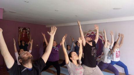 aula de yoga com a sequencia de saudação ao sol