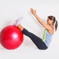 5 alongamentos com a bola para você fazer em casa