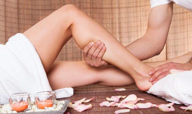 pernas femininas desnudas com pessoas massageando