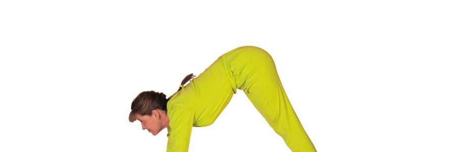 mulher de macacão amarelo, cabelos presos em trança caídos nas costas e franja com pernas esticadas, braços esticados e mãos no chão, quadril elevado, cabeça olhando para frente. Funso branco.