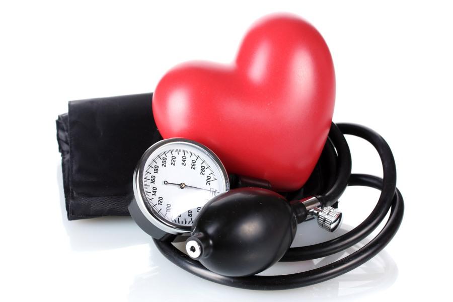 coração de borracha vermelho com relógio e pera de doppler em torno dele